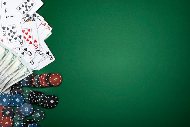 카드와 녹색 배경에 포커 칩입니다.