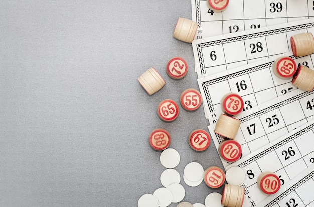Карты с числами и бочками лото на сером