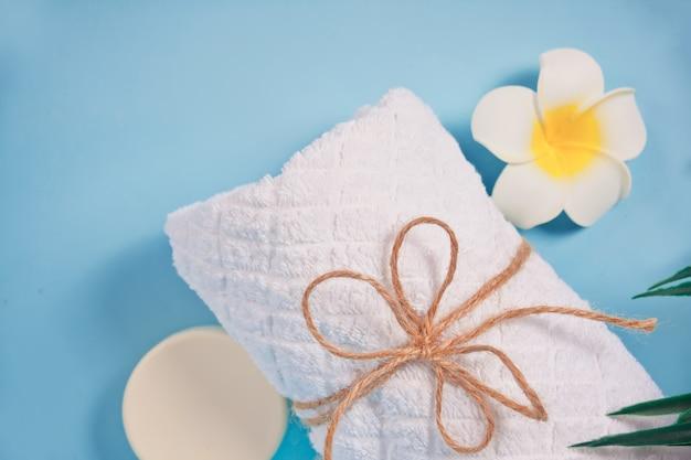 ケア、美容、スパのコンセプトです。有機石鹸、白いタオル、プルメリアフランジパニの花。スペースをコピーします。上面図。