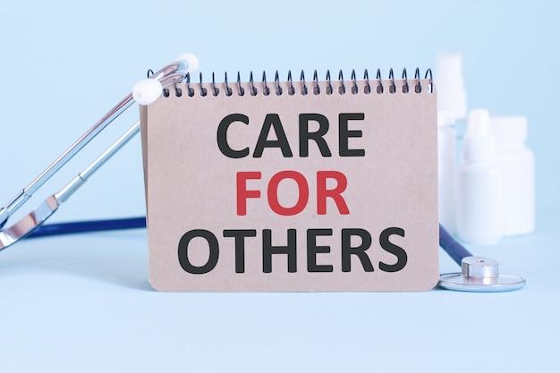 Забота о других - диагноз написан на белом листе бумаги. лечение и профилактика болезней. медицинская концепция. выборочный фокус
