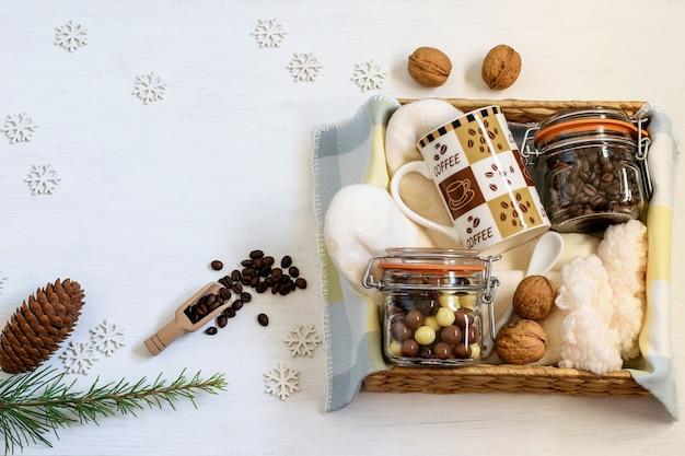 케어 패키지, 따뜻한 양말이 담긴 수제 선물 상자, 커피, 커피 컵, 초콜릿 원두