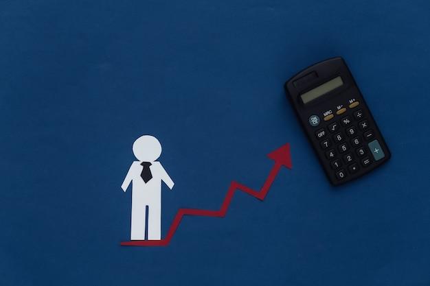キャリア成長のコンセプト、スキルアップ。上向きの上昇矢印と電卓を持つ紙の男の置物。クラシックブルー。ビジネステーマ