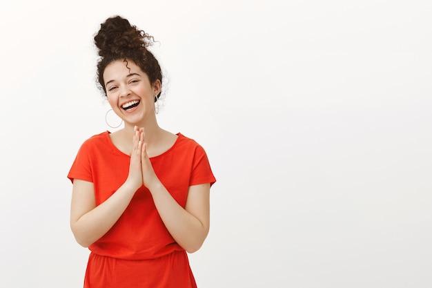 Беззаботная красивая сестра в модном красном платье