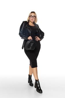 のんき。孤立した美しい若い女性の黒い服