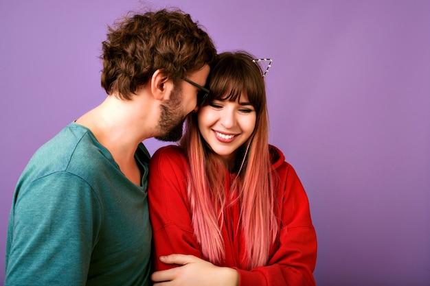 Abbracci spensierati allegri della giovane coppia hipster e sorridente, umore romantico, amore e famiglia, ritratto da vicino di donna felice e bell'uomo barbuto, abbigliamento casual, umore positivo