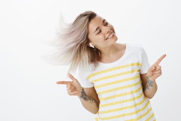 스튜디오에서 포즈를 취하는 평온한 금발 소녀
