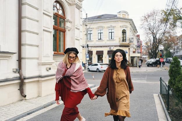 エレガントな秋の服とメガネでのんきなファッショナブルな女性モデル。都会のスタイリッシュなウールの服と帽子、秋の肖像画の若いファッションの女の子。