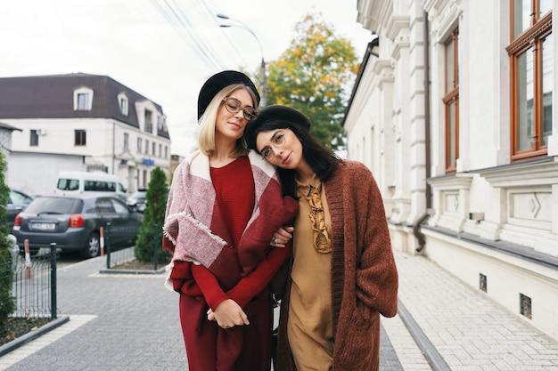 우아한 가을 옷과 안경에 평온한 유행 여성 모델. 세련 된 짠 모직 옷과 모자 도시 도시 거리, 가을 초상화에 젊은 패션 소녀.