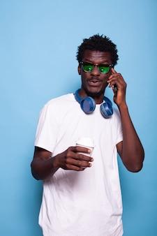 스마트폰을 사용하여 전화 통화를 하는 평온한 남자