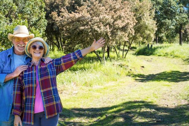 숲속을 걷는 평온한 노부부 푸른 초원과 나무 두 행복한 은퇴