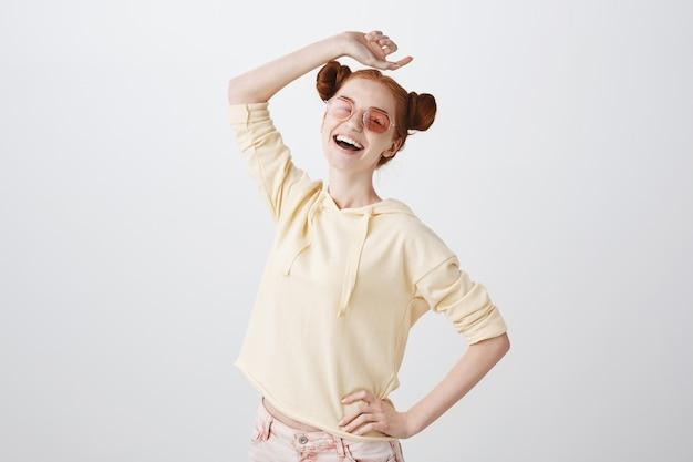 夏を楽しむサングラスで屈託のない笑顔赤毛の女の子