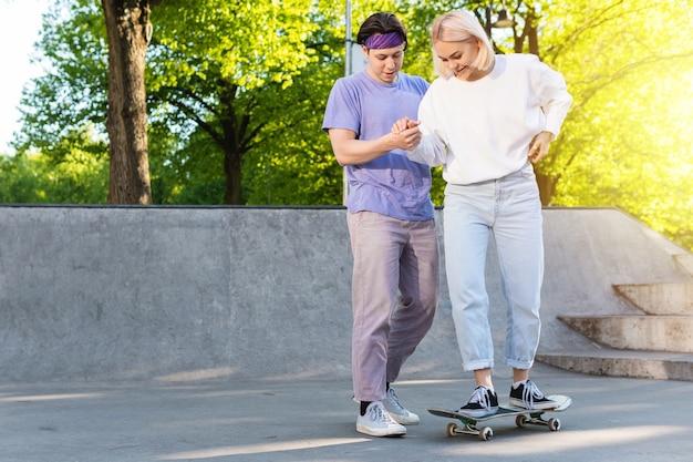Беззаботная пара подростков в скейт-парке.