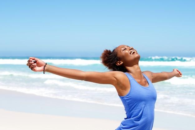 Беззаботная женщина, хорошо проводившая время на пляже