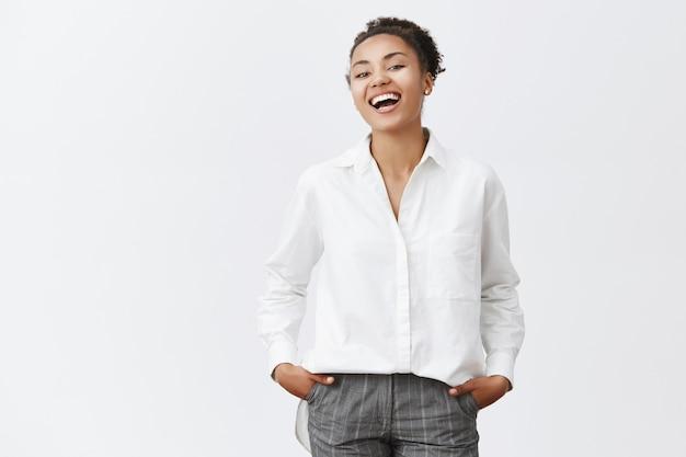 Giovane donna di affari sorridente spensierata che ride