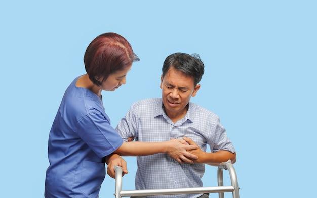 介護者は患者の男性を世話します
