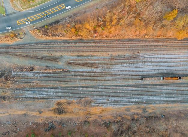 Грузовой вид с воздуха железнодорожной станции в отстойнике.