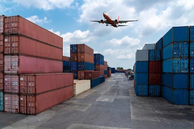 Грузовой контейнер для морских перевозок на верфи с самолетом в небе.