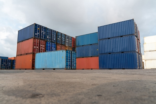 Грузовой контейнер для морских перевозок на верфи с тяжелой машиной.