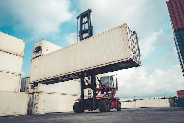 중장비 조선소에서 해외 운송을 위한 화물 컨테이너 .