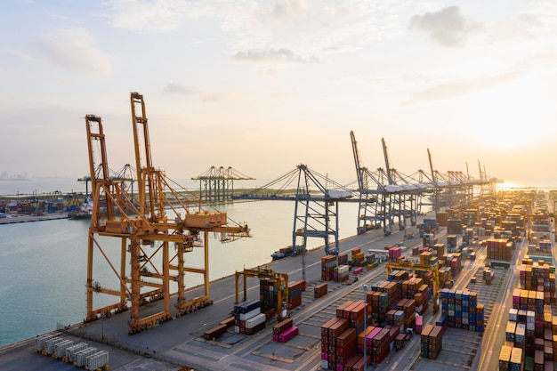 世界中の輸出入のための工業団地の工場港の貨物コンテナ、貿易港