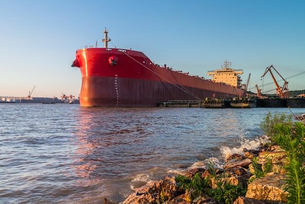 Грузовой контейнерный корабль в гавани