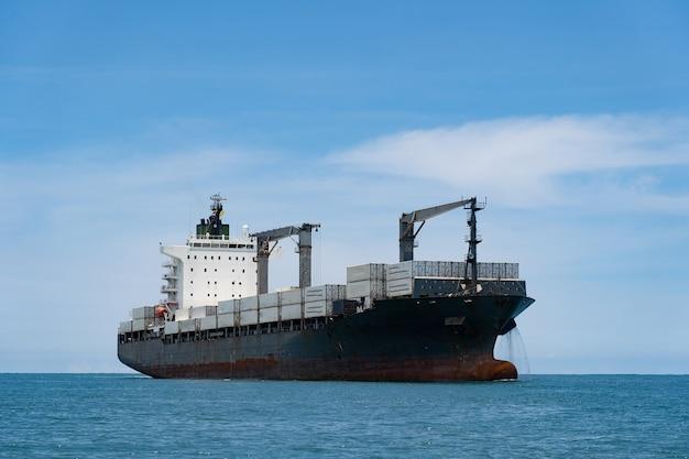 青い空と海の貨物コンテナ船。ロジスティクスと輸送の概念。