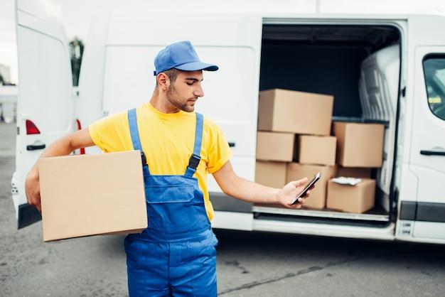 Служба доставки грузов, курьер с ящиком и телефоном