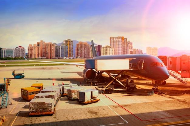 Погрузка грузового самолета для логистического и транспортного бизнеса