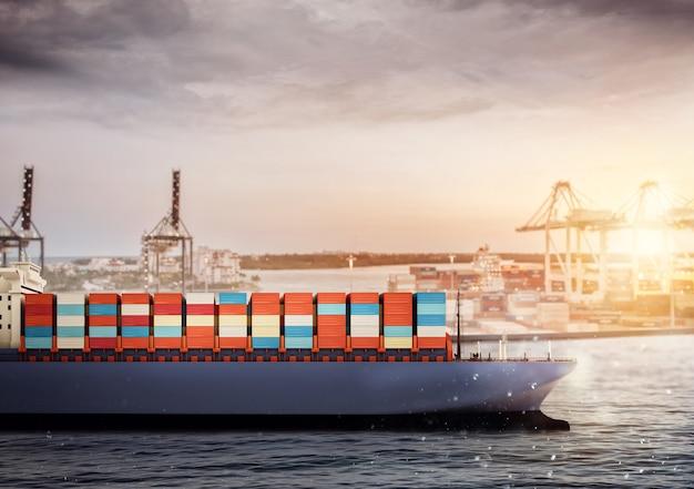 패키지 배송을 시작할 준비가 된 항구의 화물선
