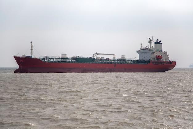 Грузовое судно в мумбаи, индия