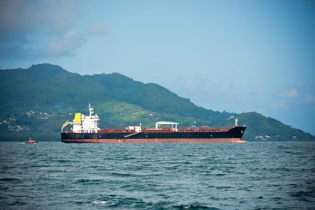 Грузовое судно плывет в индийском океане возле сейшельских островов