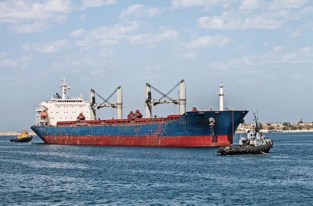 Грузовое судно, плывущее в море