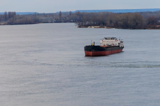 Сухогруз плывет по реке днепр