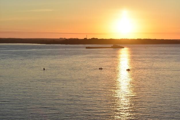 貨物船は夜明けにヴォルガ川を航行します