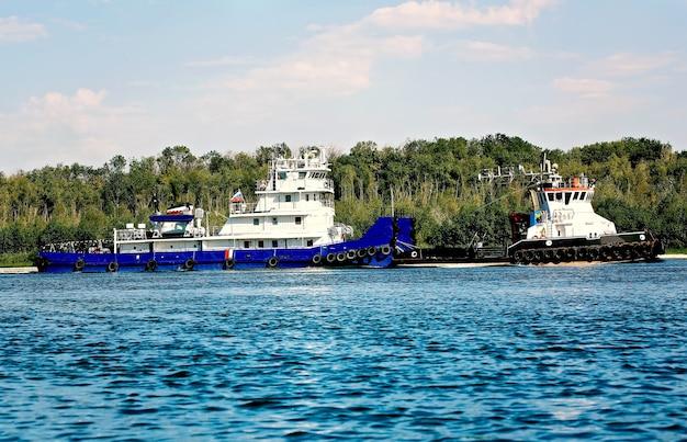 Грузовые корабли на реке лето