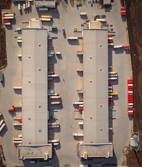 トレーラーとセミトレーラーのエアトップビューを備えた貨物ターミナル