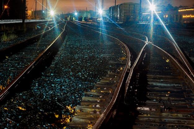Платформа грузового поезда ночью железная дорога в украине железнодорожный вокзал вагоны ночь