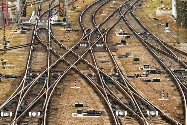 貨物列車のプラットホーム古いウクライナの鉄道が一箇所で交差しました