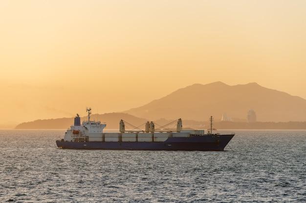 Грузовое судно в море beautifil светлый золотой час время заката