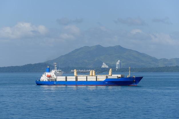 Грузовое судно в море beautifil light