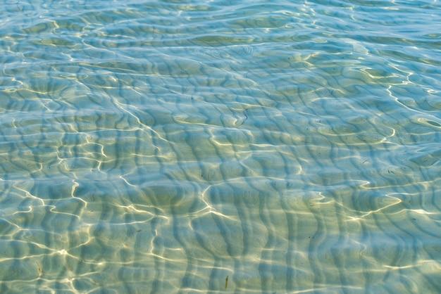 カリブ海のターコイズブルーのウォータービーチの反射