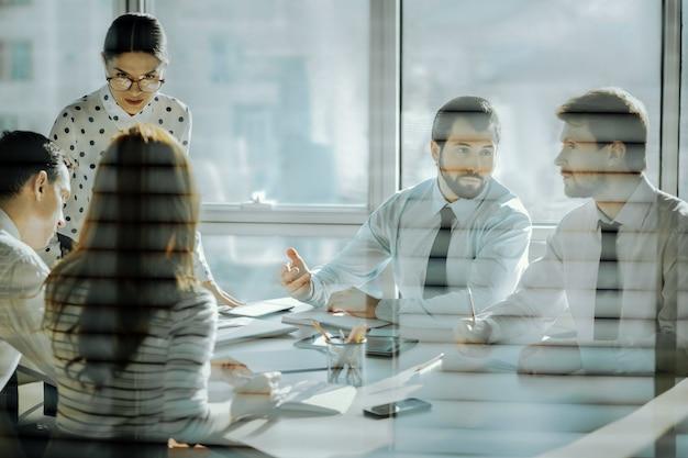 思いやりのある上司。従業員と面会し、彼らの懸念に耳を傾け、彼らを解決しようとする楽しい若い会社の取締役
