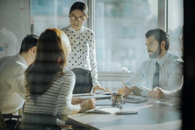 思いやりのあるceo。思いやりのある女性の上司が、オフィスで従業員と面会しながら、従業員の懸念を聞いています。