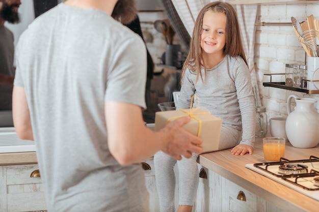 Заботливый отец преподносит сюрприз своей милой маленькой дочери.