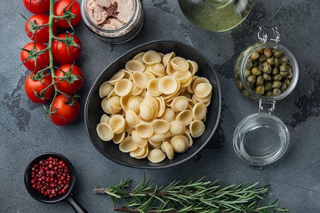 참치 재료와 carlofortina 파스타, 회색 테이블, 평면도