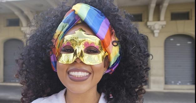 カーニバルパーティー。衣装を着たブラジルの巻き毛の女性。