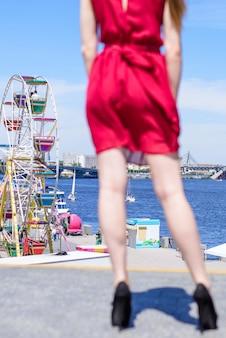 Карнавал мечта центр города европа небо фестиваль ярмарка развлечения люди концепция человека. сзади сзади крупным планом под низким углом зрения фотопортрет длинных ног сексуальной великолепной размытой дамы