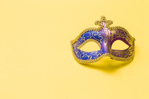 Карнавальная маска на желтом