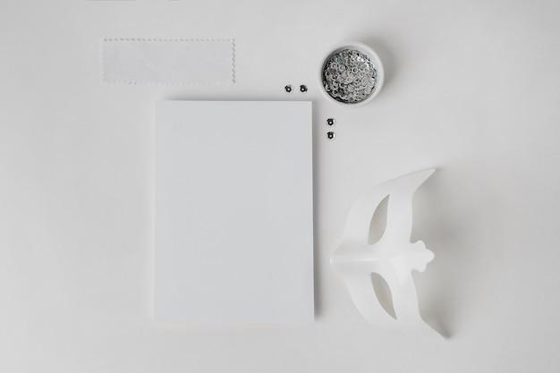 Maschera di carnevale e foglio di carta