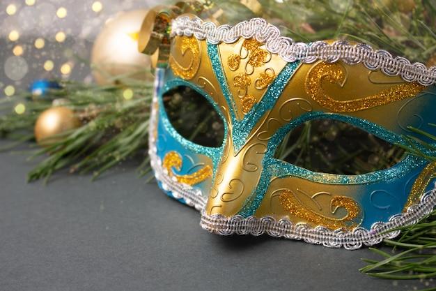 クリスマスの装飾が施されたカーニバルマスク